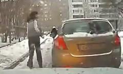 何も考えずに道路の真ん中に駐車しちゃう女のせいで通れなくなっちゃった動画