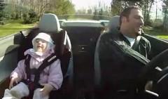 アウディ R8 V10 スパイダーの加速がお気に入りの2歳の女の子の動画