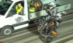 すげー!ウイリーしながらタイヤ交換しちゃうバイクの動画