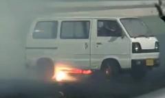 スズキ エブリィにロータリーエンジンを積んでド迫力のバーンアウトをしちゃう動画