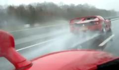 フェラーリ F50 とエンツォが豪雨の高速道路をハイスピード走行しちゃう動画