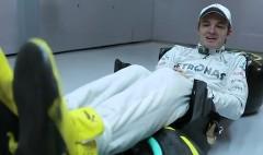 F1レーサーってこんな格好で運転してるんだぜ!っていう動画