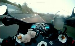 ヤマハ YZF-R1 とホンダ CBR 929RR が高速道路で爆走しちゃう動画