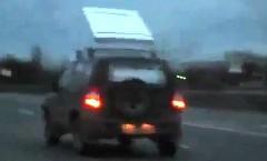 屋根に積んだマットが凧揚げ状態になってしまった面白動画