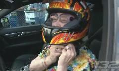 ドラッグばあちゃん現る!おばあちゃんがAMG C63でドラッグレースに出場しちゃう動画