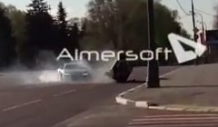 アウディ R8 が他の車と激しくクラッシュしたのにトンズラしちゃう動画