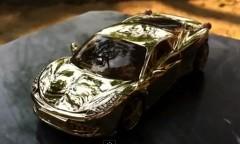 すご!本物の金で作られたフェラーリ 458 のモデルカーの動画