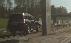 ん?トヨタ ランドクルーザーが線路の上を走ってる面白動画