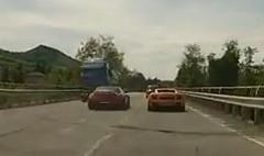 メルセデスベンツ SLS AMG が強引な追い越しをしちゃう動画