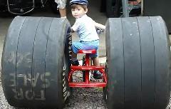 俺の自慢のホットロッド3輪車を見てくれよ!っていう動画