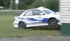 スバル インプレッサ WRX のラリー車が家に突っ込んじゃう動画