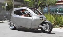 絶対に倒れない夢のバイク C-1 のプロトタイプを公道でテストしている動画