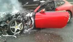 フェラーリ FF が高速道路上で盛大に燃えちゃってる動画