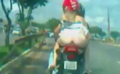 お尻丸出しのおねーちゃんがタンデムシートに乗ってるwwwっていう動画