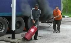 あわわわわ!ガソリンスタンドに停車中のトレーラーが燃えてる動画