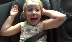 びっくり顔がカワイイ!5歳の女の子に日産 GT-R のゼロ加速を体験させてみた動画