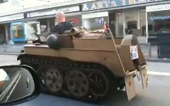 ぷぷぷ 戦車のようなバイク?で公道を走っちゃってる動画