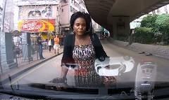 なにこの人怖い!無言で車の前に立ちはだかる女の動画