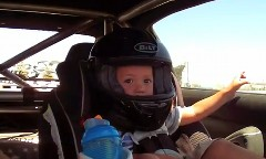 2歳の男の子をドリ車に乗せてドリフトを体験させてみた動画 他