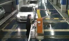 駐車場のゲートを破壊しまくる女性ドライバーの動画