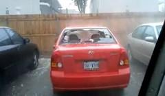 激しい雹で駐車場に止めてある車のガラスが割れてる動画
