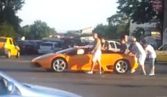 ガス欠のランボルギーニ ムルシエラゴを押して交差点を渡ってる動画