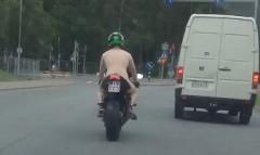公道をすっぽんぽんでバイクに乗る変態ライダーが現れた!www→ 逮捕っていう動画