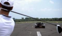 メルセデスベンツ SLS AMG ロードスターにゴルフボールをホールインワンしちゃう動画