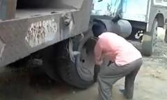 タイヤを使ってトラックのエンジンをかけちゃう動画