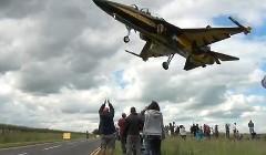 着地寸前で超低空飛行しているジェット戦闘機を下から撮影してみた迫力動画