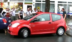 ドイツサポーターが女性の駐車を応援しちゃう動画