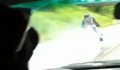 スゲー!ドリフトしながらハイスピードで抜き去っていくバイクの動画