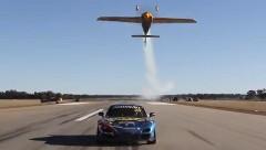 マツダ RX-7 とスタント飛行機が加速対決しちゃう動画