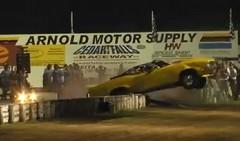 ビュイック GS コンバーチブルのドラッグカーがウイリーしてクラッシュしちゃう動画