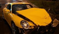 公道を暴走するポルシェ 997 GT3 がクラッシュしちゃう動画