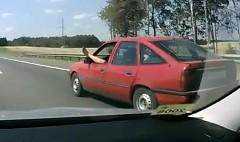 高速道路を片足だしながら運転しちゃうロシアンドライバーの動画