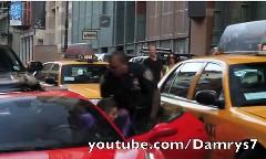 警官が駐車違反したフェラーリ 458 のドライバーをボコボコにしちゃう動画