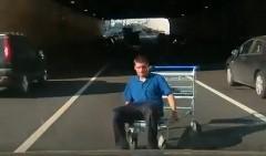 ショッピングカートに乗ったクレイジー野郎のせいで道路が渋滞になってる動画