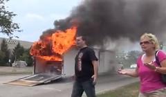 1969年製のシボレー カマロがトレーラーの中で燃えちゃう動画