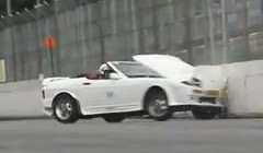 TVR 400SE がドラッグレース中にクラッシュしちゃう動画