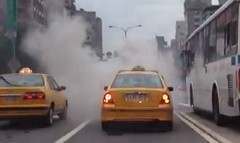 後続車視界ゼロ!煙幕のような排気ガスをまき散らすバスの動画