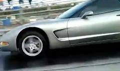 ドラッグレース中に隣のシボレー コルベットが突っ込んできた動画