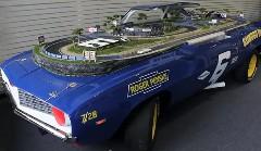 シボレー カマロの上にスロットカーのコースを作っちゃった動画