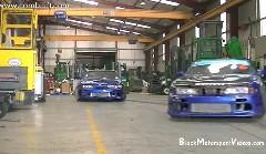 2台の日産 シルビアが工場内で華麗なコンビドリフトを披露しちゃう動画