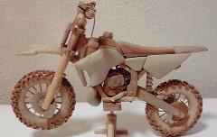 木彫りのパーツでオフロードバイクの模型を作ってみた動画