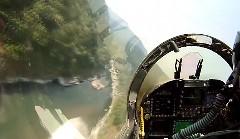 超かっけー!F/A -18 ホーネットが渓谷を超低空飛行しちゃう動画