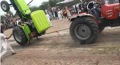 もうやめて~!トラクター同士の綱引き大会で起こったアクシデント動画