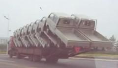 これはスゴすぎる!1台のトラックに18台のトラックを積んじゃった動画