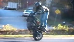 前輪なんていらないぜ!フロントタイヤ無しで高速を走っちゃうバイクの動画