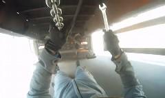 ボルボのトラック整備士は走行中でも整備しちゃうぜ!っていう動画